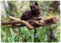 Gartenstecker mit Treibholz und Katze