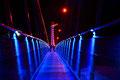 In der beleuchteten Hängeseilbrücke
