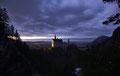 Blick von der Brücke auf das beleuchtete Schloss Neuschwanstein