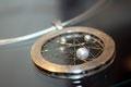 Traumfänger, Perlen im 750er Golddrahtnetz und eingerahmt in zwei runden 925er Silberrahmen, Ø: 3,5 cm