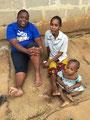 Tamara mit Patenkind Rose und ihrer körperlich behinderten Mutter