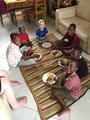 Unser Sohn Lionel mit seinen lokalen Freunden beim Mittagessen