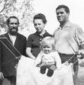 Дина Михеева с мамой и дедушкой Михеем Фомичем в гостях у прадедушки Фомы Терентиевича Михеева (конец лета 1979 г.)