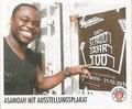 Sticker 94: Asamoah mit Ausstellungsplakat; Der Jahr 100 Verein; St. Pauli Sammeln! Panini Bilderdienst, Stuttgart
