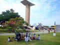 Au pied du monument