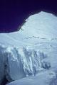 Randkluft mit Aufstiegsspur zum Gipfel