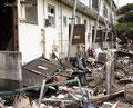 福島県いわき市 平薄磯 津波の力によりアパートのドアが全て開いていた。