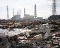 福島県いわき市 常磐共同火力勿来発電所付近 がれきの向こうに見える火力発電所。