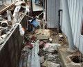 福島県いわき市 豊間 地震から1週間たっても通行止めになっていた。