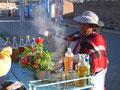 Eine ambulante Händlerin bereitet heiße Getränke aus Kräutern zu. (Foto: Bernd Pullig)