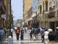 """Die Straße """"Jirón de la Unión"""" im Zentrum von Lima, einst Prachtstraße, heute Geschäftsstraße mit Billigläden (Foto: Bernd Pullig)"""