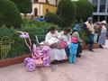 Junge Mütter in einer Andenstadt (Foto: Bernd Pullig)