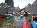 die Schleuse füllt sich mit Kanuten