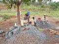 Hart verdientes Brot, Menschen beim Steine kleinklopfen