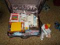 Koffer vollgepackt mit Büchern und Lernmaterial in Englisch, gesponsert von Amazon