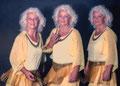 3 Schwestern | System-Aufsteckblitz mit Softreflektor im abgedunkeltem Studio.  f=11, t=2s | 3 Blitze nacheinander bei geöffnetem Verschluss, Model bewegt sich von rechts nach links