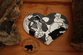 Traubenkernkissen Herzform Muster: verschiedene Grautöne, Weiss, Violett