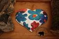 Traubenkernkissen Herzform Muster: verschiedene Blautöne, Weiss, Rot, Bordorot