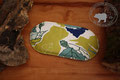 Traubenkernkissen Schiefer | längliche Form | Farbe: verschiedene Grüntöne, Weiss, Blau