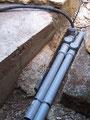 Kabelkanäle aus Abwasserrohr, später unter dem Kies eingebettet. Diese Rohre verlaufen durch den gesamten Garten. Alle 60 cm kommt ein Deckel um Kabel mühelos einzuziehen oder Abgänge zu schaffen.