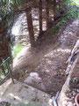 der Weg zwischen dem oberen und unteren Hügel.