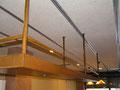 Detalle botellero sobre barra bar, en hierro acabado oxido, en Barcelona