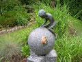 Jonas (Bronze) auf Kugelbrunnen hat Besuch von einer Weinbergschnecke