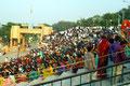 gefüllte Tribünen für die Grenzschliessungszeremonie (Amritsar)