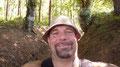 Ralf Seeger beim Marsch durch einen Hohlweg in einem großen Waldstück ...
