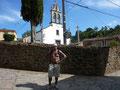 ... vor einer alten spanischen Kirche ...