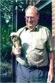 Gebhard Edner bei der Beringungsaktion mit junger Schleiereule