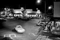 """Oxford Square, la nuit : """"Un quadrilatère tout autour, les boutiques et, à l'étage, les bureaux des hommes de loi des docteurs, des dentistes."""" Extrait de """"Requiem pour une nonne"""" de W. Faulkner""""."""