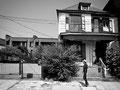 """Mulberry Street : """"Il turna par une étroite bordée de maisons de bois à galeries, aux façades noircies..."""" Extrait de """"Sanctuaire"""" de W. Faulkner"""