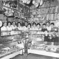 interno bottega con famiglia Ponte dell'Olio 1950