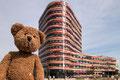 Die Hamburger Behörde für Stadtentwicklung hat es mal richtig krachen lassen und sich ein schmuckes neues Domizil in Wilhelmsburg hingestellt.