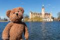Hinter mir seht ihr anschaulich das Schweriner Schloss. Dort werden ganz stilvoll Mecklenburg-Vorpommerische Gesetze erlassen. Parkknöllchen werden dagegen nicht erlassen. Schade eigentlich...