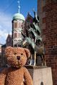die Bremer Stadtmusikanten waren eigentlich zu fünft und sind endlich mal komplett. Da gehörte immer noch ein Bär dazu...