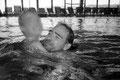 Robert bringt seinem sohn das schwimmen bei. er war als jugendlicher mal selbst ein hervorragender leistungsschwimmer und hat es bei den deutschen meisterschaften auch schon ins finale gebracht. doch nun geht er langsam unter und sein sohn merkt es nicht.