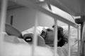 Robert krümmt sich vor Schmerzen auf dem Isolierzimmer der Seuchenstation und spuckt nur noch Galle, weil der Magen schon leer ist.