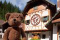 Die weltgrößte Kitschkuckucksuhr steht in Triberg im Schwarzwald. Das Dingens ist sooo groß, da kann man sogar rein gehen!