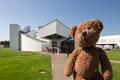 Die dahinten warten alle auf mich, denn ich erkläre den Leuten gleich auf der Führung, was gutes Design ist. Im Vitra-Museum in Weil am Rhein...