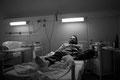 binnen weniger wochen ist robert sehr abgemagert. er hat eine hiv-spezifische lungenentzündung und wird der einlieferung ins krankenhaus mit polamidon substituiert. die sucht hat sich verlagert: er ist nun von einem medikament und ärzten abhängig...