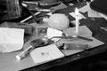 stilleben eines fixerhaushalts. wie viele seiner leidensgenossen hat auch robert beigebrauch von heroin. wohl wissend, dass er bei nachweis von heroin sofort aus der polamidon-substitution ausgeschlossen würde, verspürt er den drang nach rausch.
