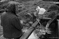 Anna sitzt am Brunnen hinter dem Haus. Hier hat sie Jahrzehntelang gewaschen und sich die Gicht geholt.