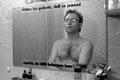 """""""hätten sie gedacht, dass so jemand aussieht, der AIDS bekommen kann?"""" robert's wohnung hängt voller plakate und er erinnert sich jeden morgen im spiegelbild an sein schicksal..."""