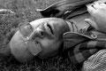 völlig ermattet ist robert mit einem fieberschub in einem park liegen geblieben...