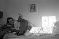 robert hat am wochenende bei den kindern übernachtet und ist noch nicht ganz wach. martha spielt und kuschelt mit ihm.