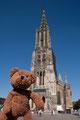 ganz klein hinter mir seht Ihr den größten Kirchturm der ganzen Welt. Der steht in Ulm.