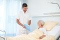 Pfleger mit Patientin