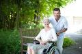 Pfleger mit Patientin Rollstuhl